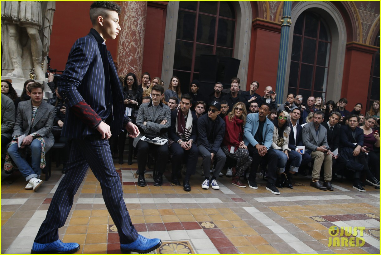 will smith lanvin fashion show with victor cruz 04
