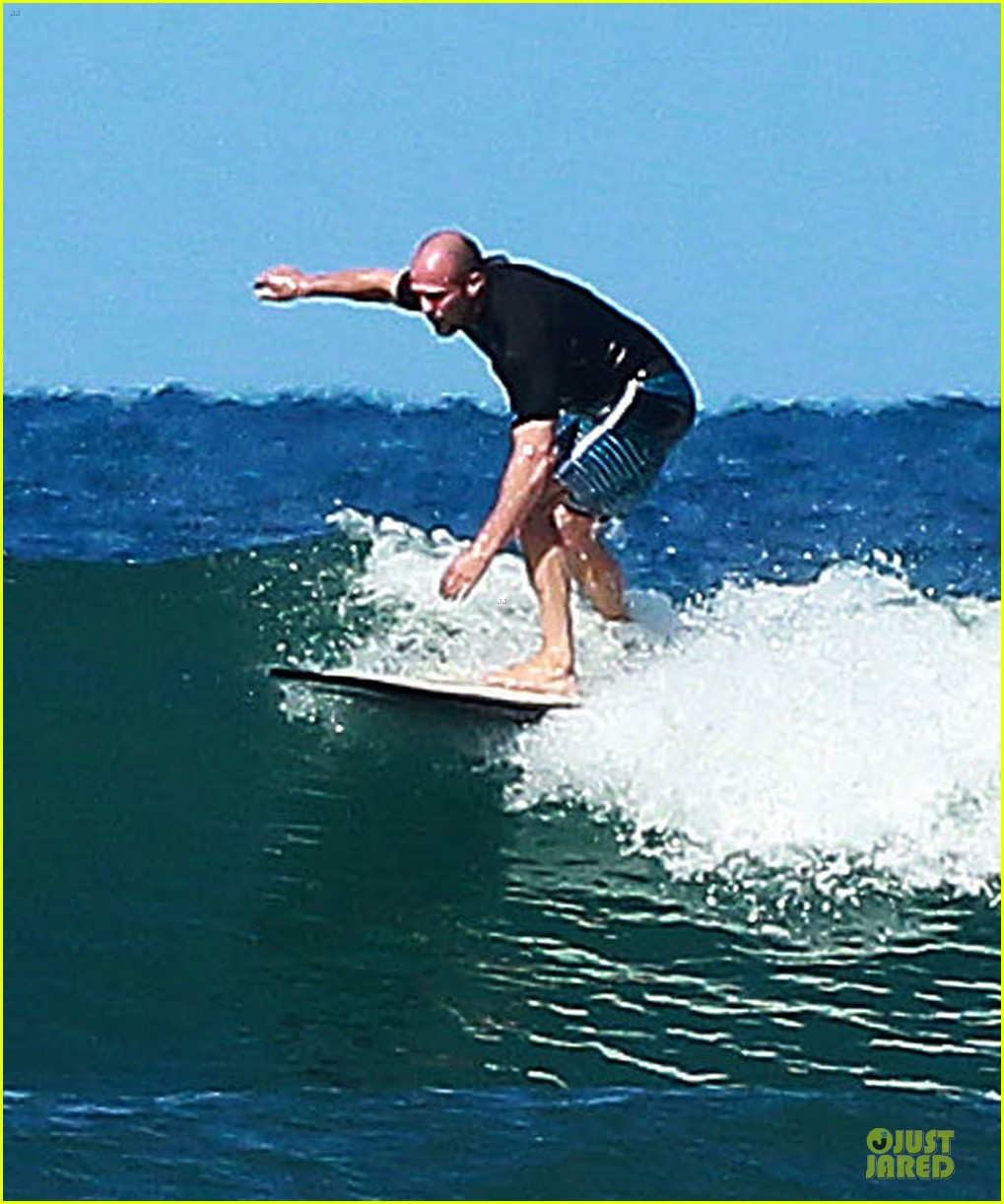 jason statham surfing vacation in hawaii 15