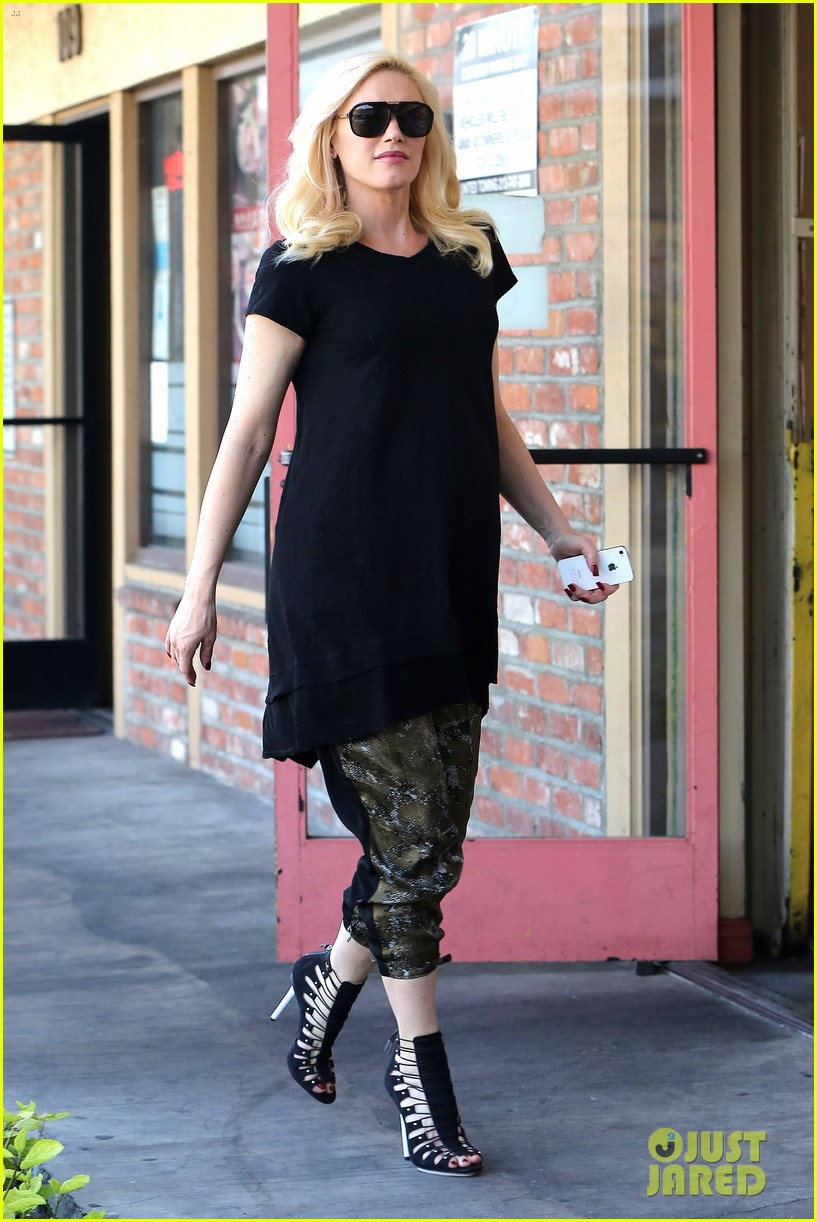 pregnant gwen stefani pampers herself with acupuncture session 01