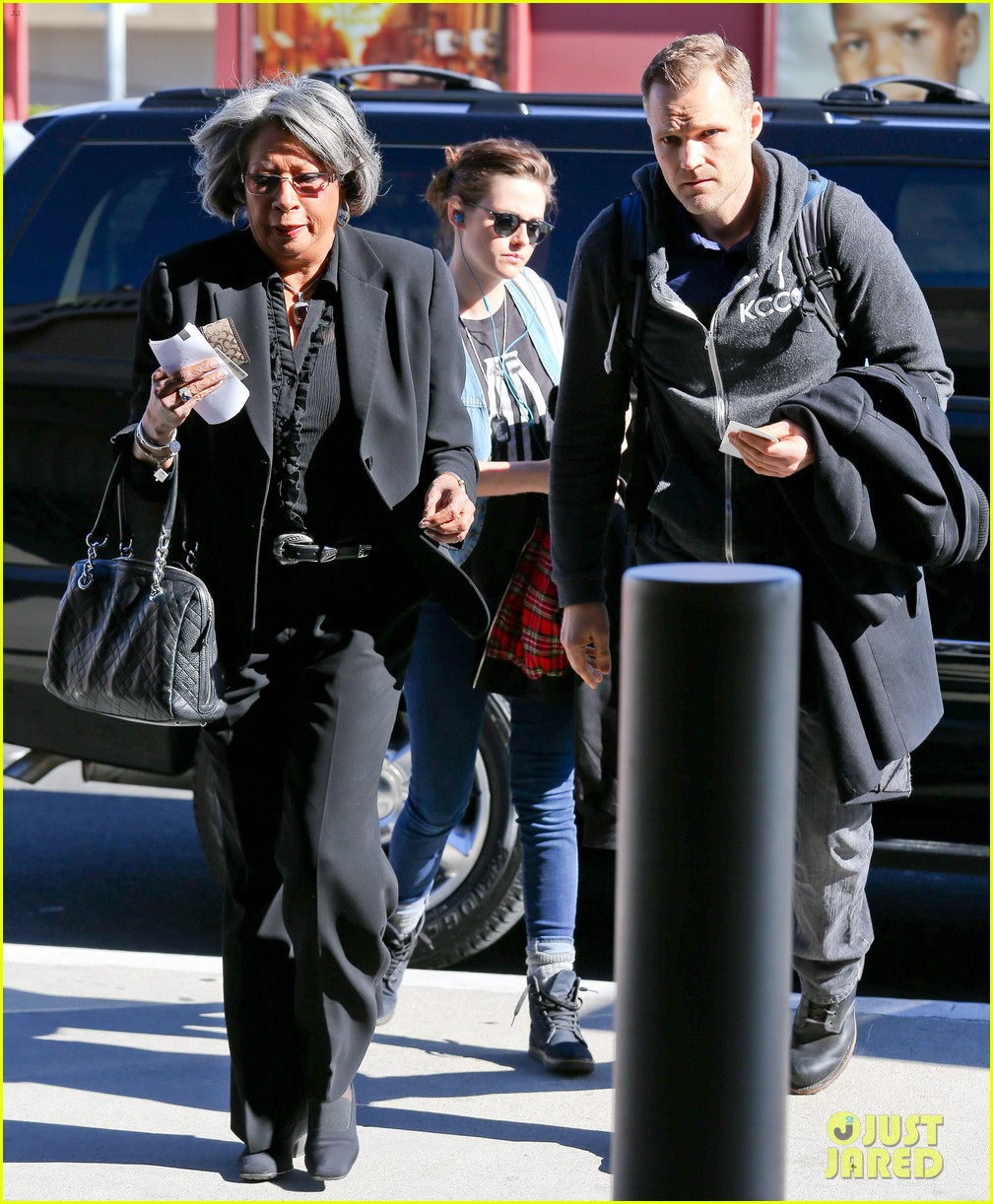kristen stewart catches a flight amid 1984 remake news 13