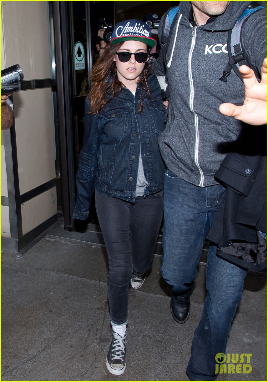 kristen stewart lands in los angeles after sundance fest 08