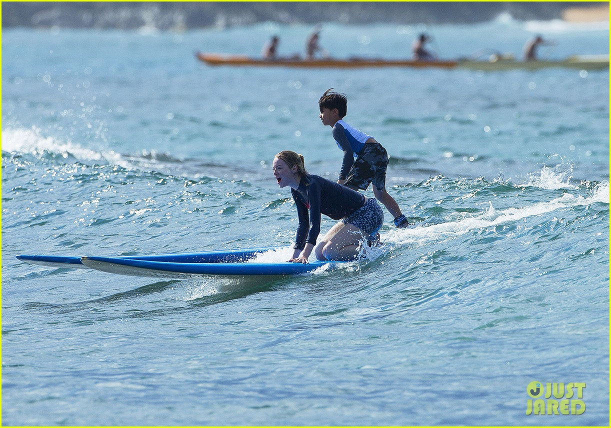 emma stone andrew garfield surf in hawaii 27