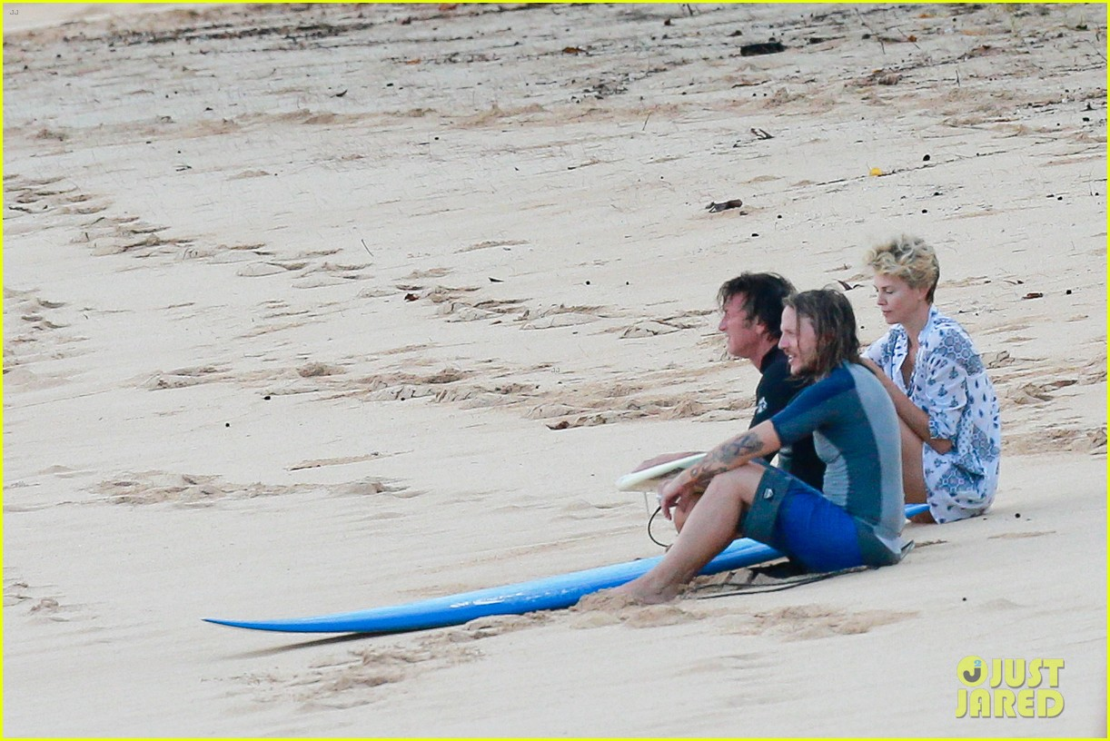 charlize theron sean penn relax on the beach in hawaii 09