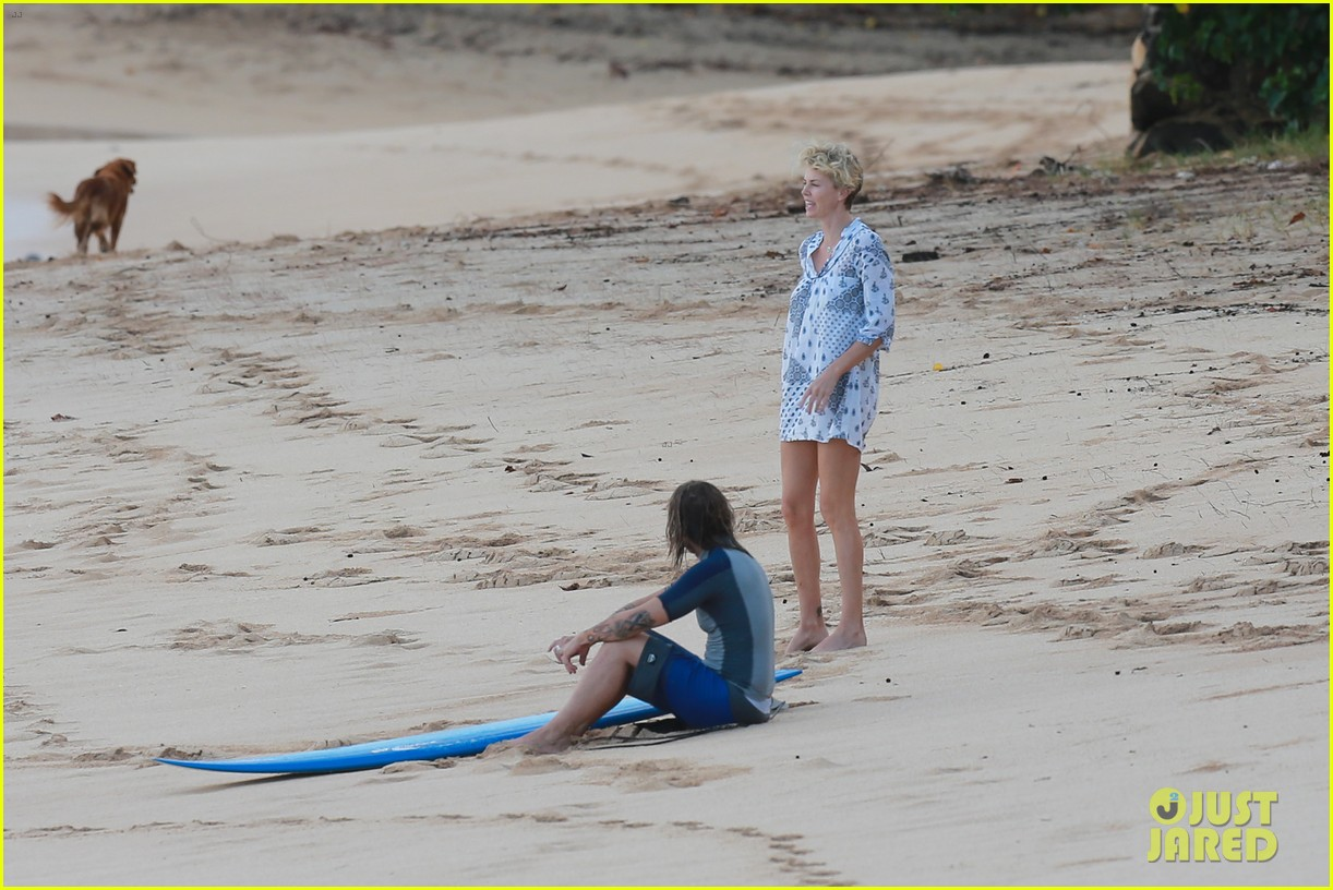 charlize theron sean penn relax on the beach in hawaii 123021737