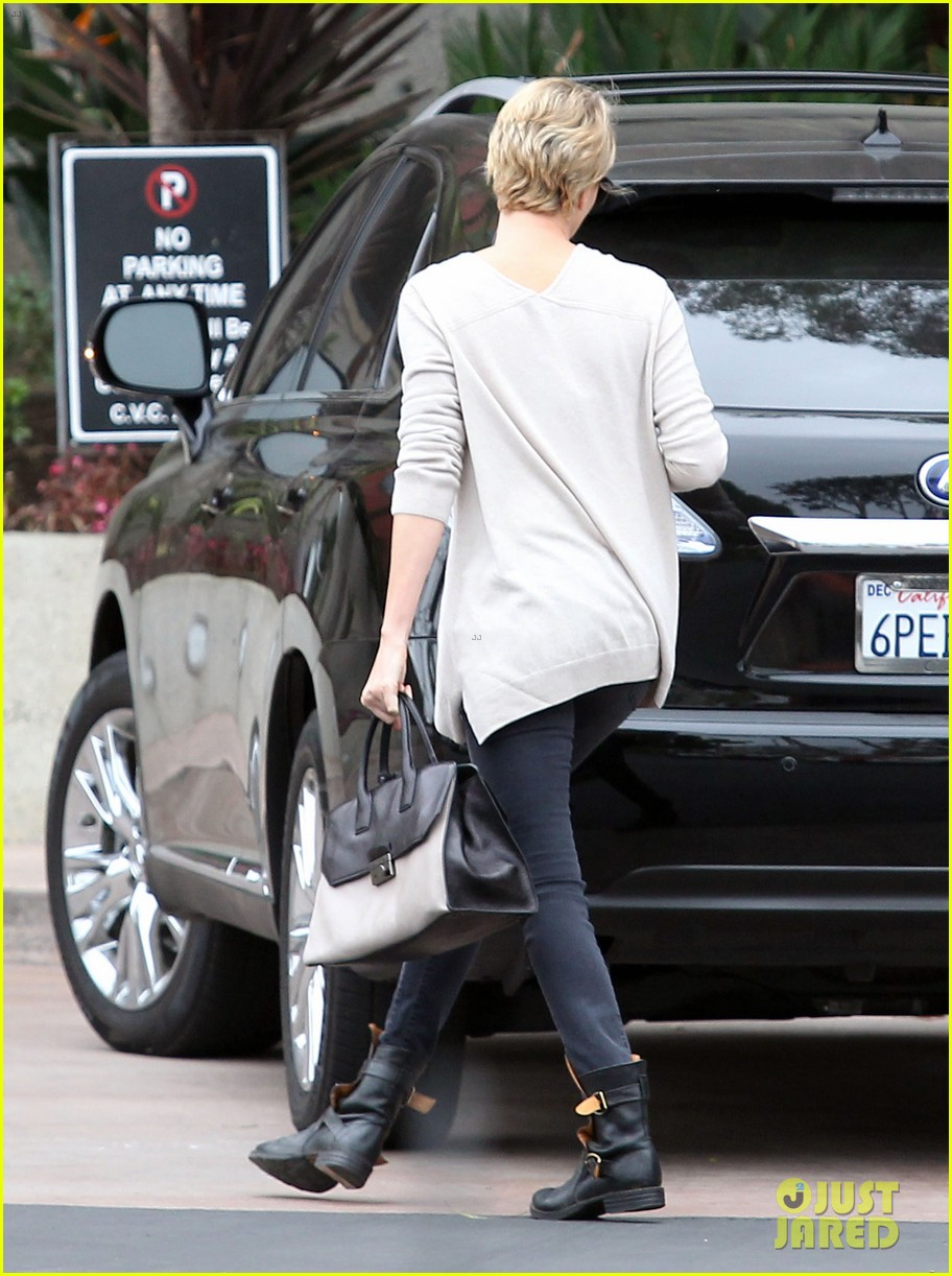 charlize theron sean penn keep romance going with trip to the studio 02