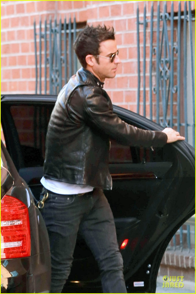 justin theroux runs errands after the leftovers tca panel 023028007