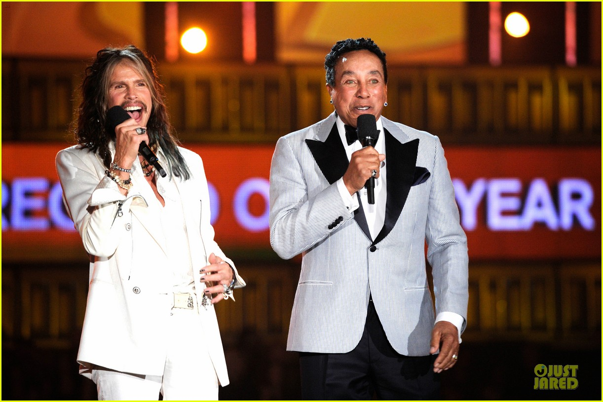 steven tyler smokey robinson sings to smokey robinson at grammys 2014 14