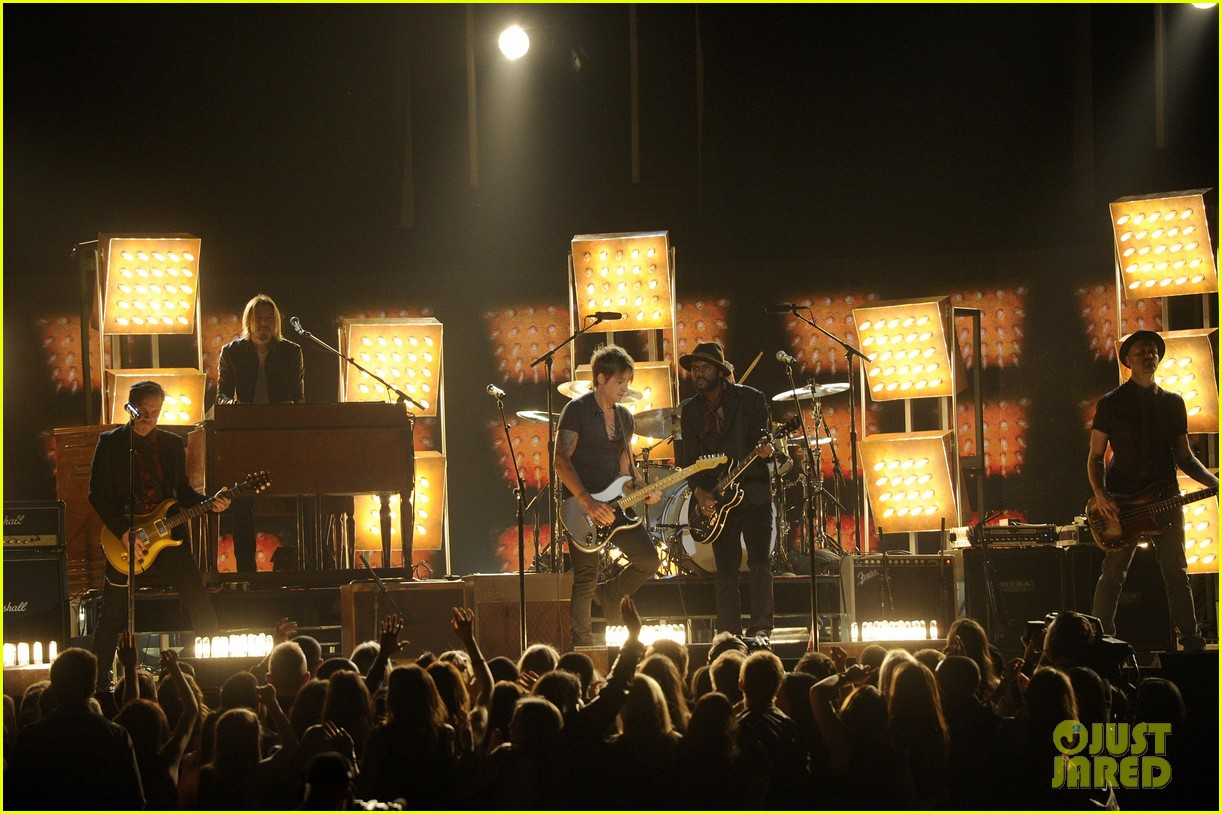 keith urban performs cop car at grammys 2014 video 05