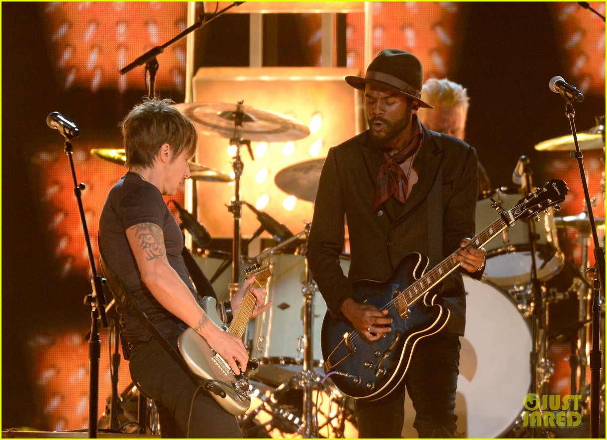 keith urban performs cop car at grammys 2014 video 08