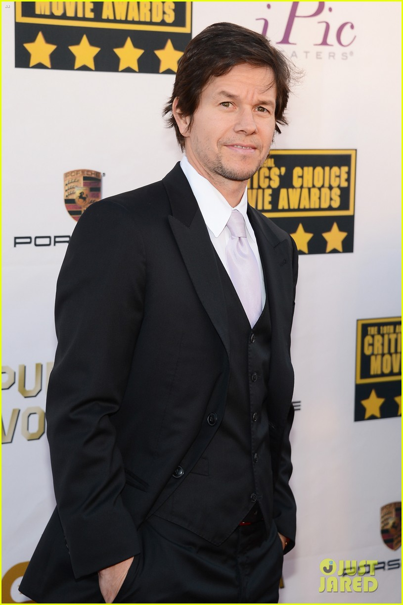 mark wahlberg critics choice awards 2014 red carpet 03