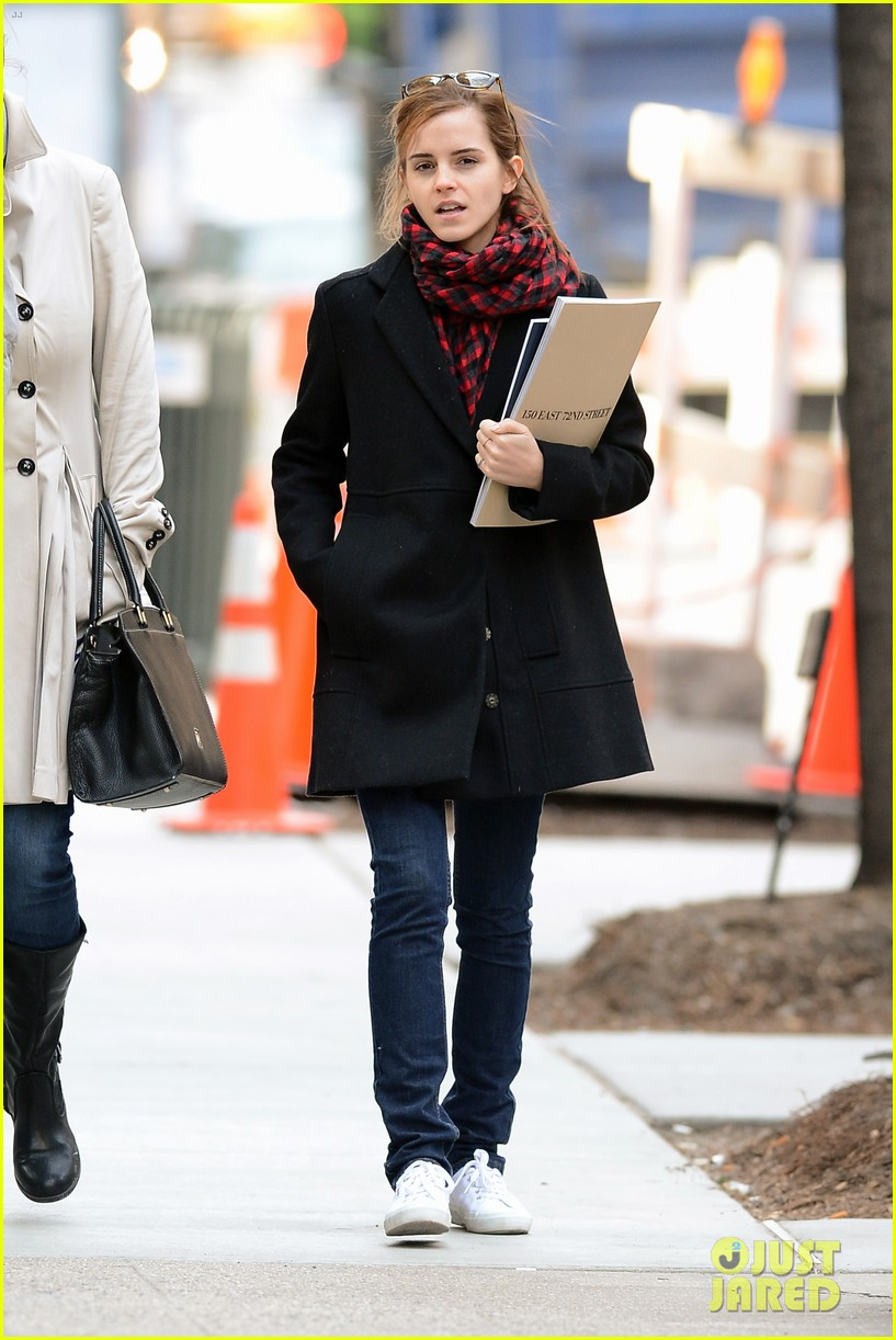 emma watson braves frigid cold for nyc apartment hunting 073038726