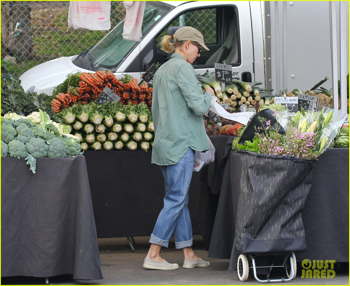 naomi watts farmers marker shopper 10