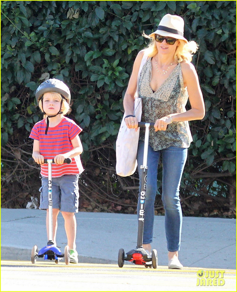 naomi watts liev schreiber run after the kids at the park 173023622
