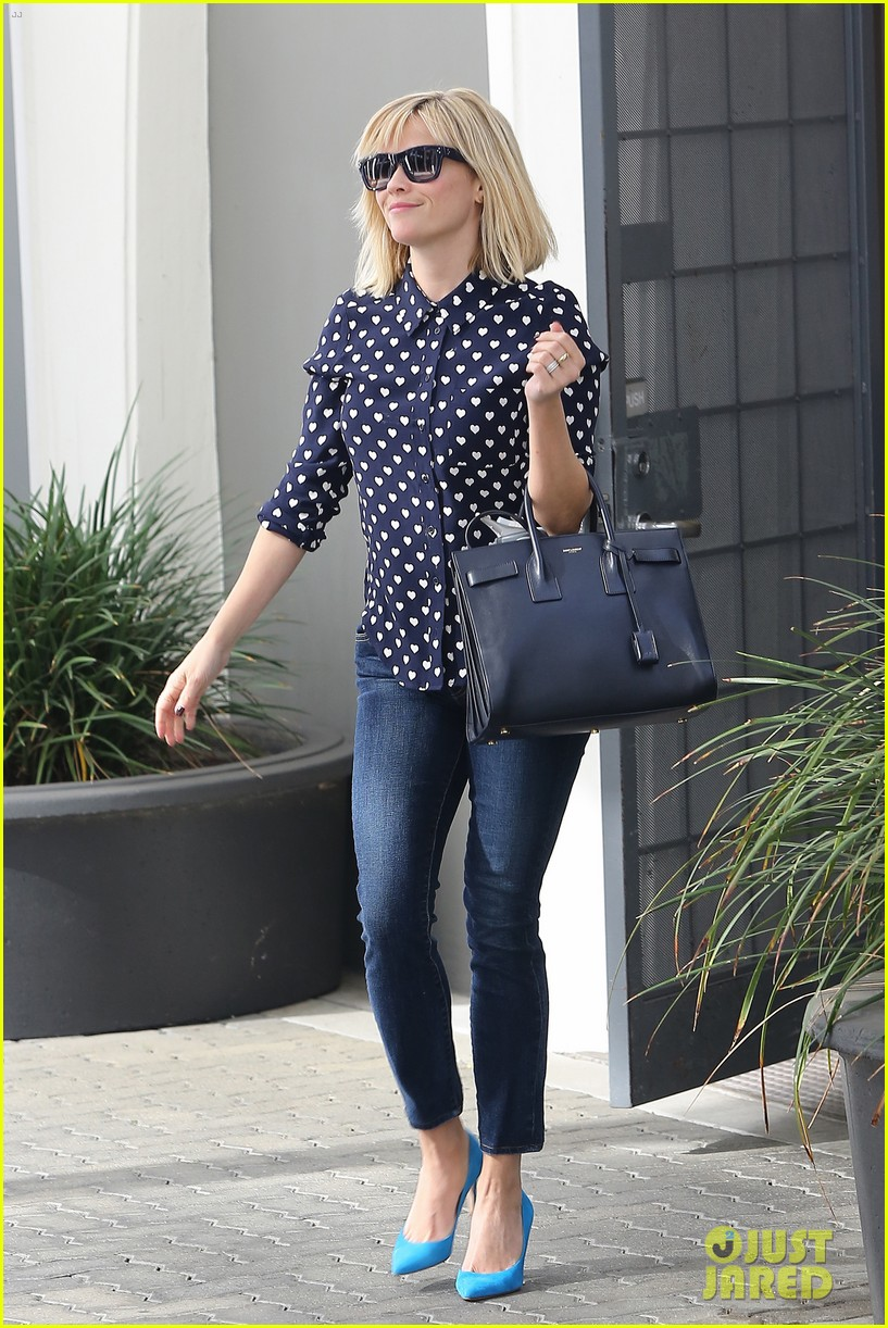 reese witherspoon keeps busy with shopping meetings 06