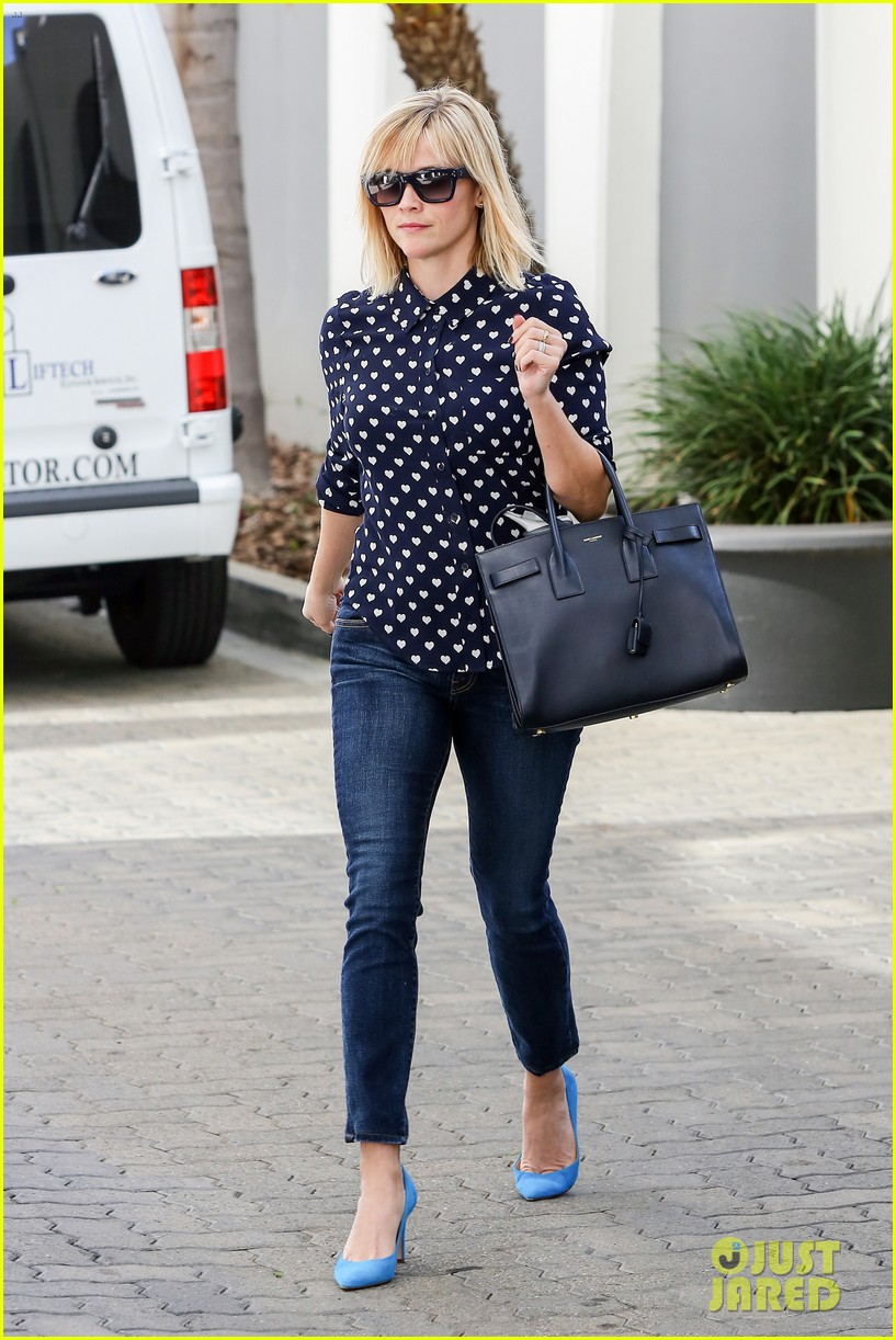 reese witherspoon keeps busy with shopping meetings 09