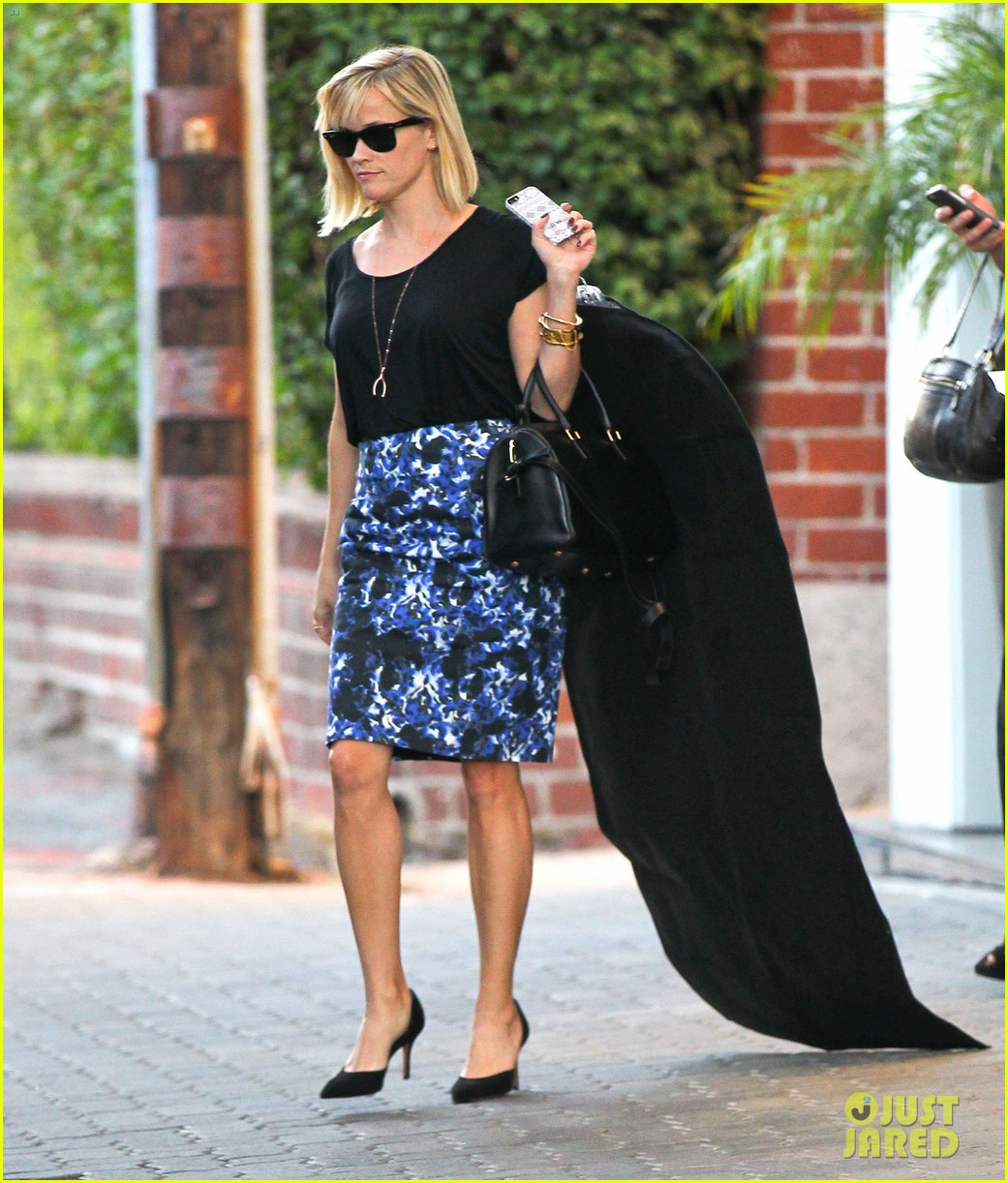 reese witherspoon steps out after the intern news 01