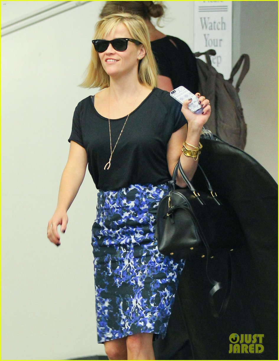 reese witherspoon steps out after the intern news 023033530