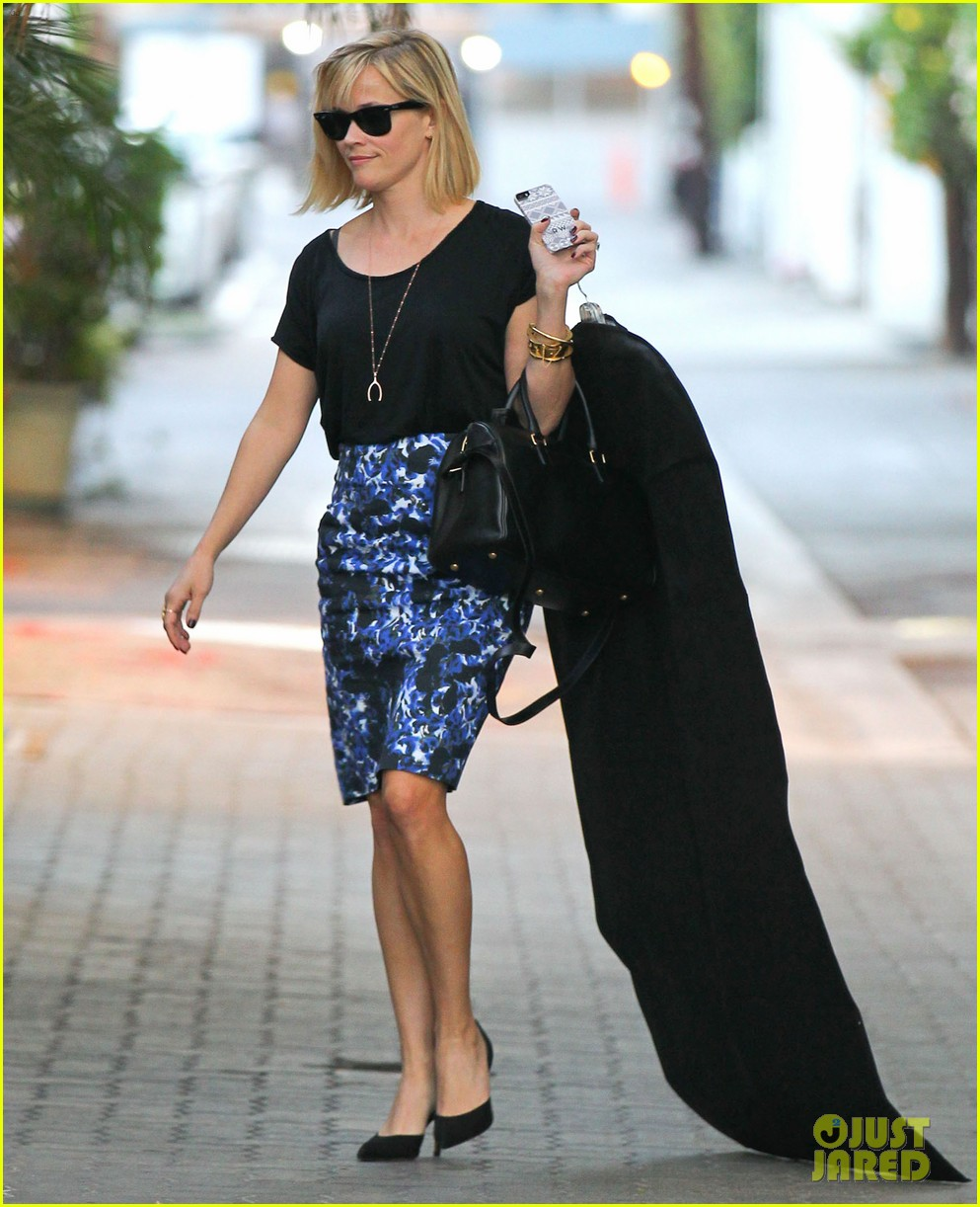 reese witherspoon steps out after the intern news 04