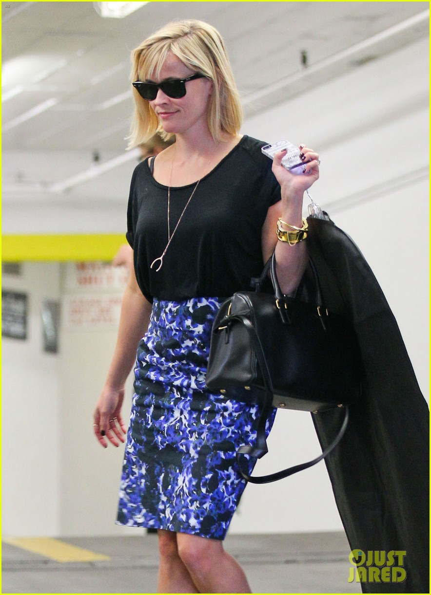 reese witherspoon steps out after the intern news 05