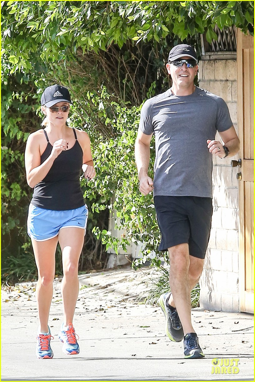 reese witherspoon jim toth jog the weekend away 06