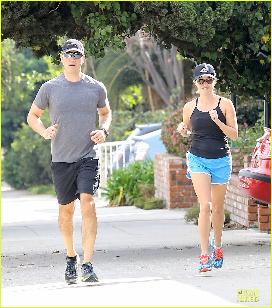 reese witherspoon jim toth jog the weekend away 10