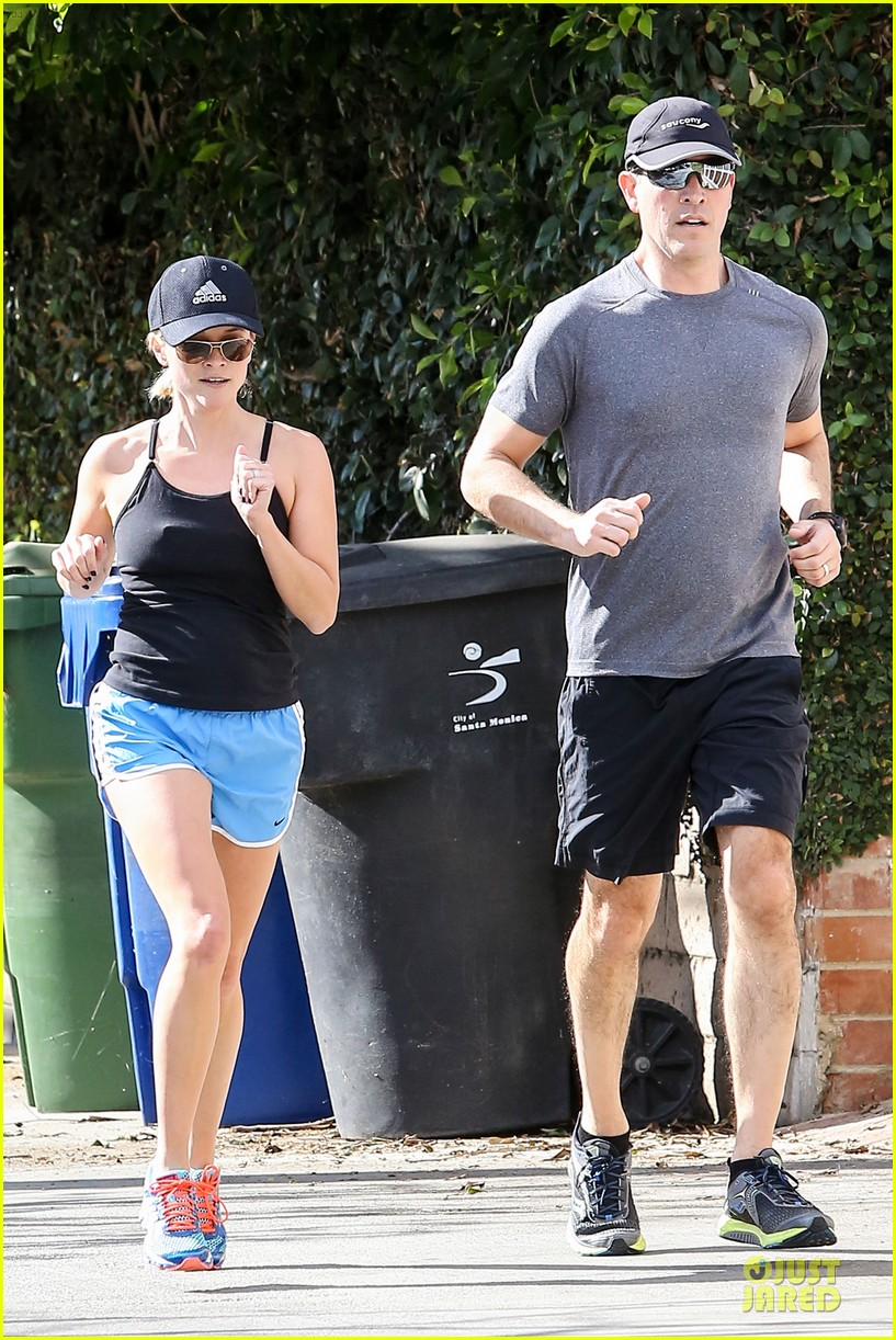 reese witherspoon jim toth jog the weekend away 13