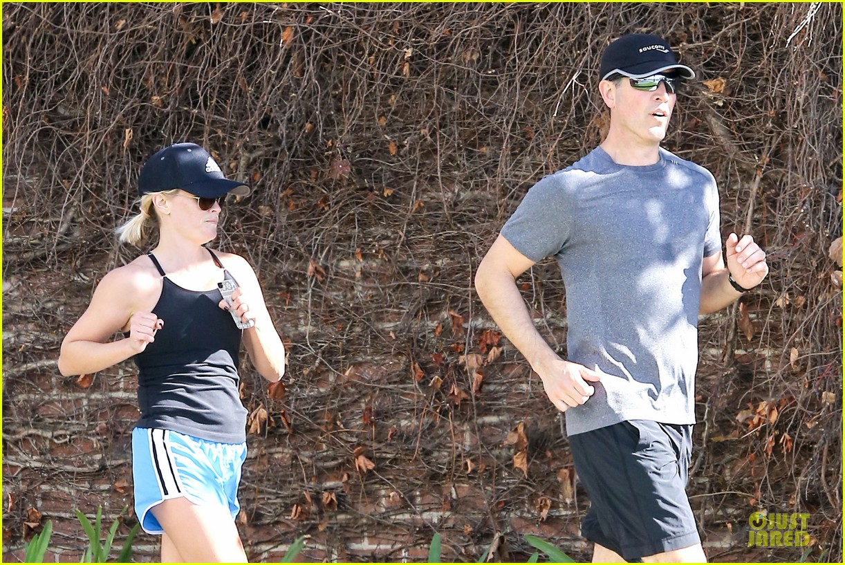 reese witherspoon jim toth jog the weekend away 17