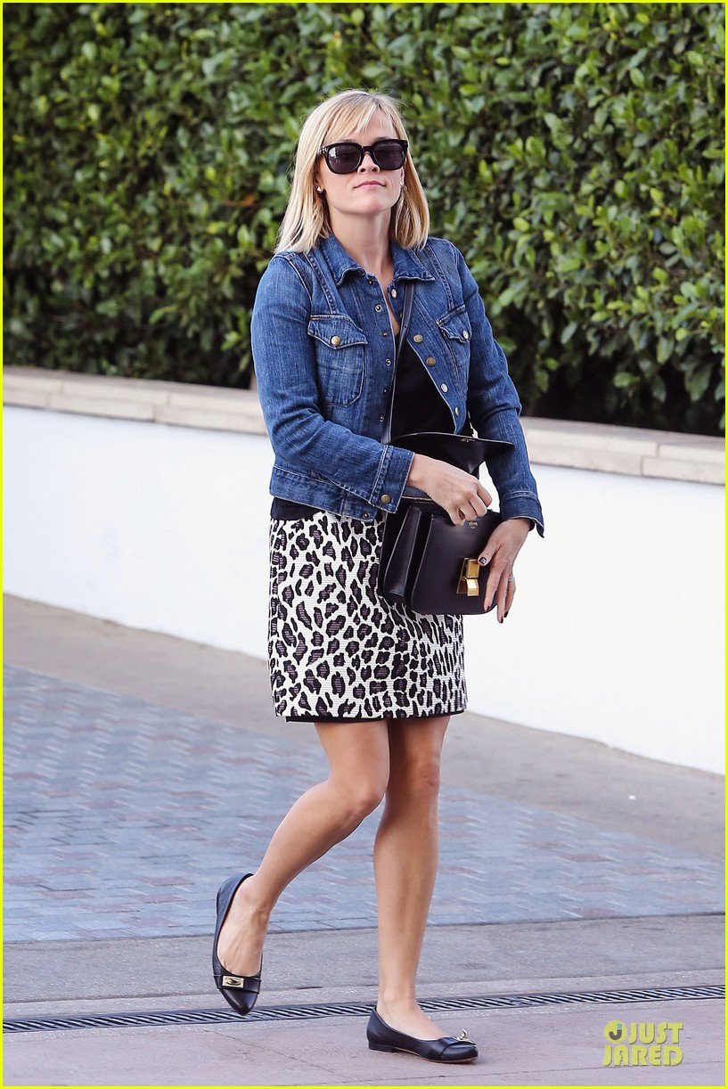reese witherspoon leopard print babe before golden globes 01