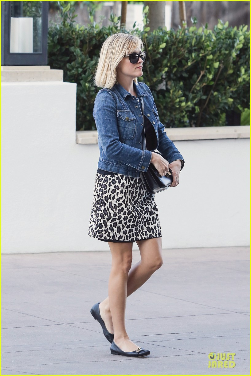 reese witherspoon leopard print babe before golden globes 23