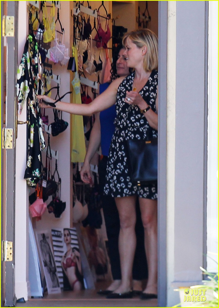 reese witherspoon shopping trips after golden globes 10