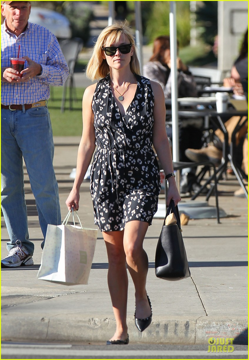 reese witherspoon shopping trips after golden globes 11