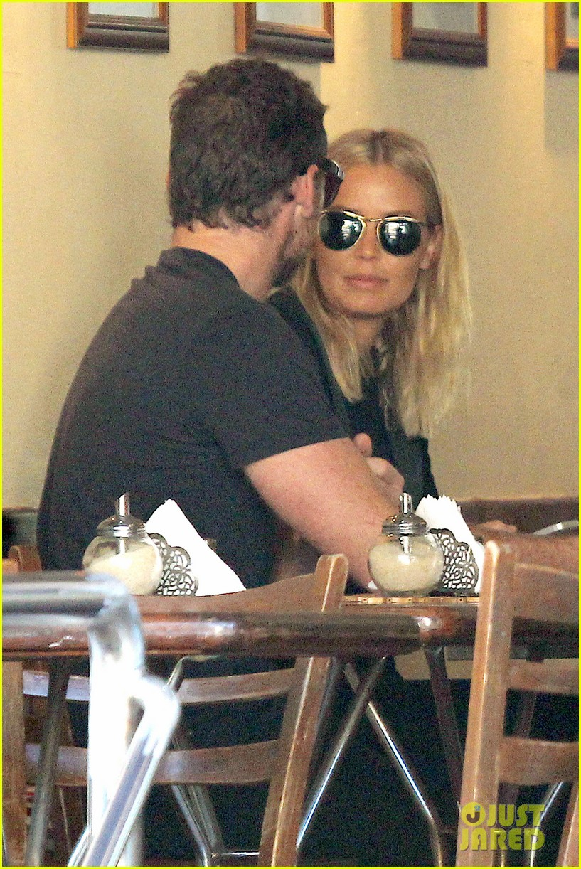 sam worthington lara bingle lunch before her court appearance 023042761