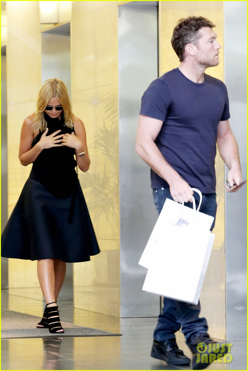 sam worthington lara bingle wear matching rings on that finger 253038671