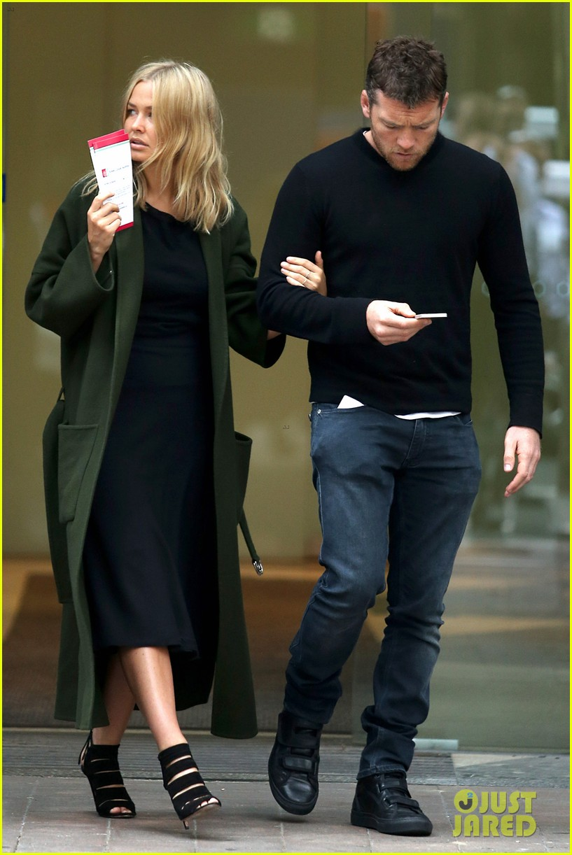 sam worthington lara bingle wear matching rings on that finger 33