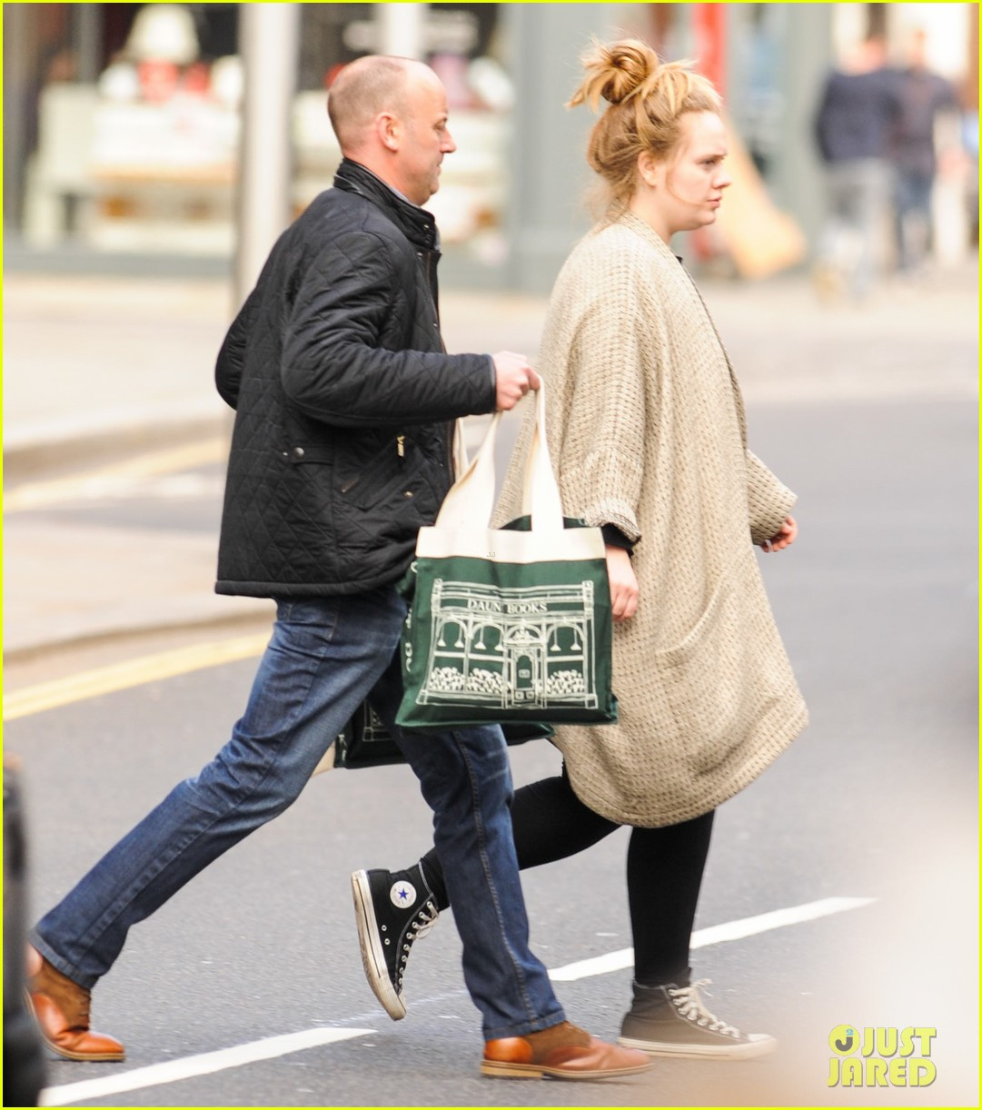 adele makes rare public appearance while shopping sans makeup 05