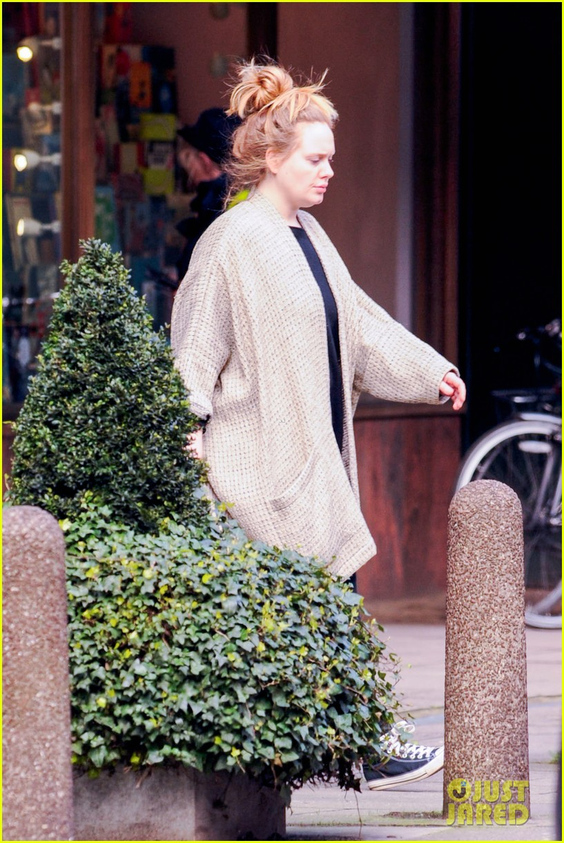 adele makes rare public appearance while shopping sans makeup 12