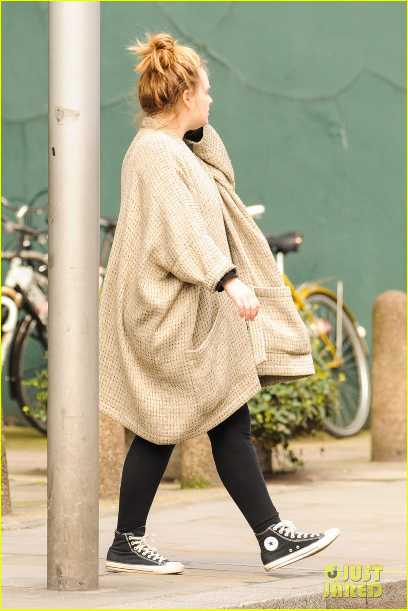 adele makes rare public appearance while shopping sans makeup 15