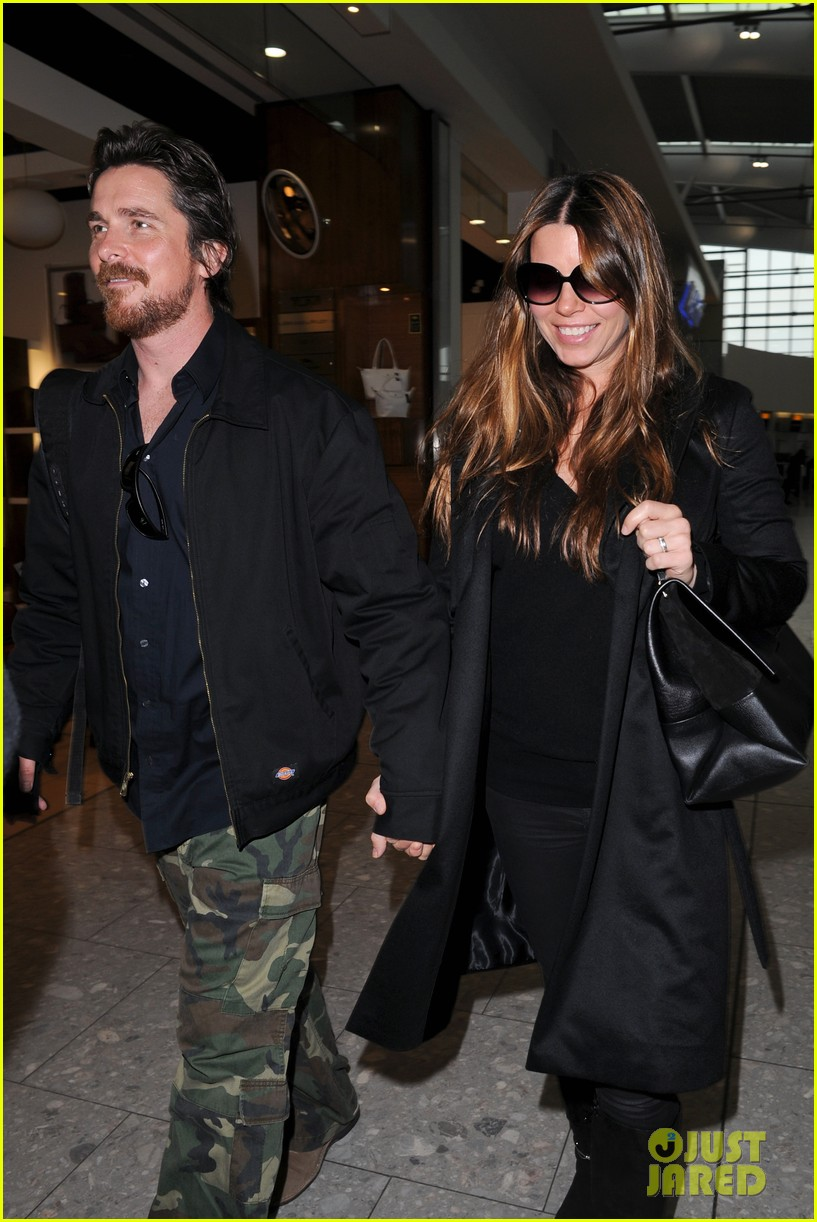 christian bale wife sibi blaszic hold hands after baftas 04