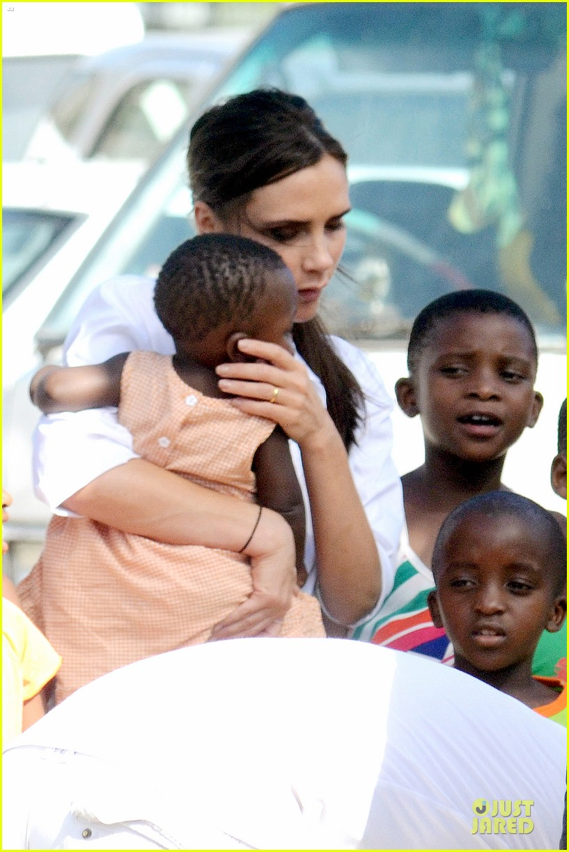 victoria beckham spends time with lalela children in cape town 09