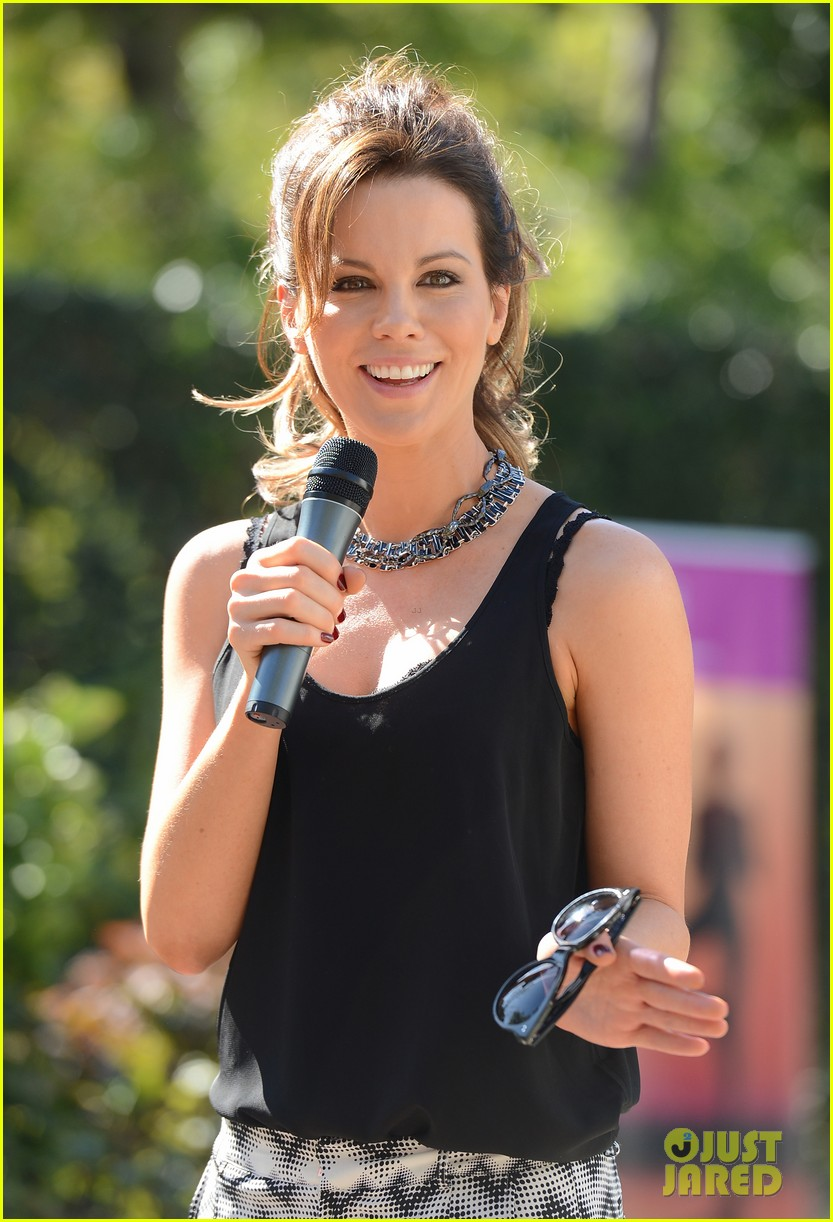 kate beckinsale gives back with yoga fundraiser pink joins in to help fight breast cancer 02