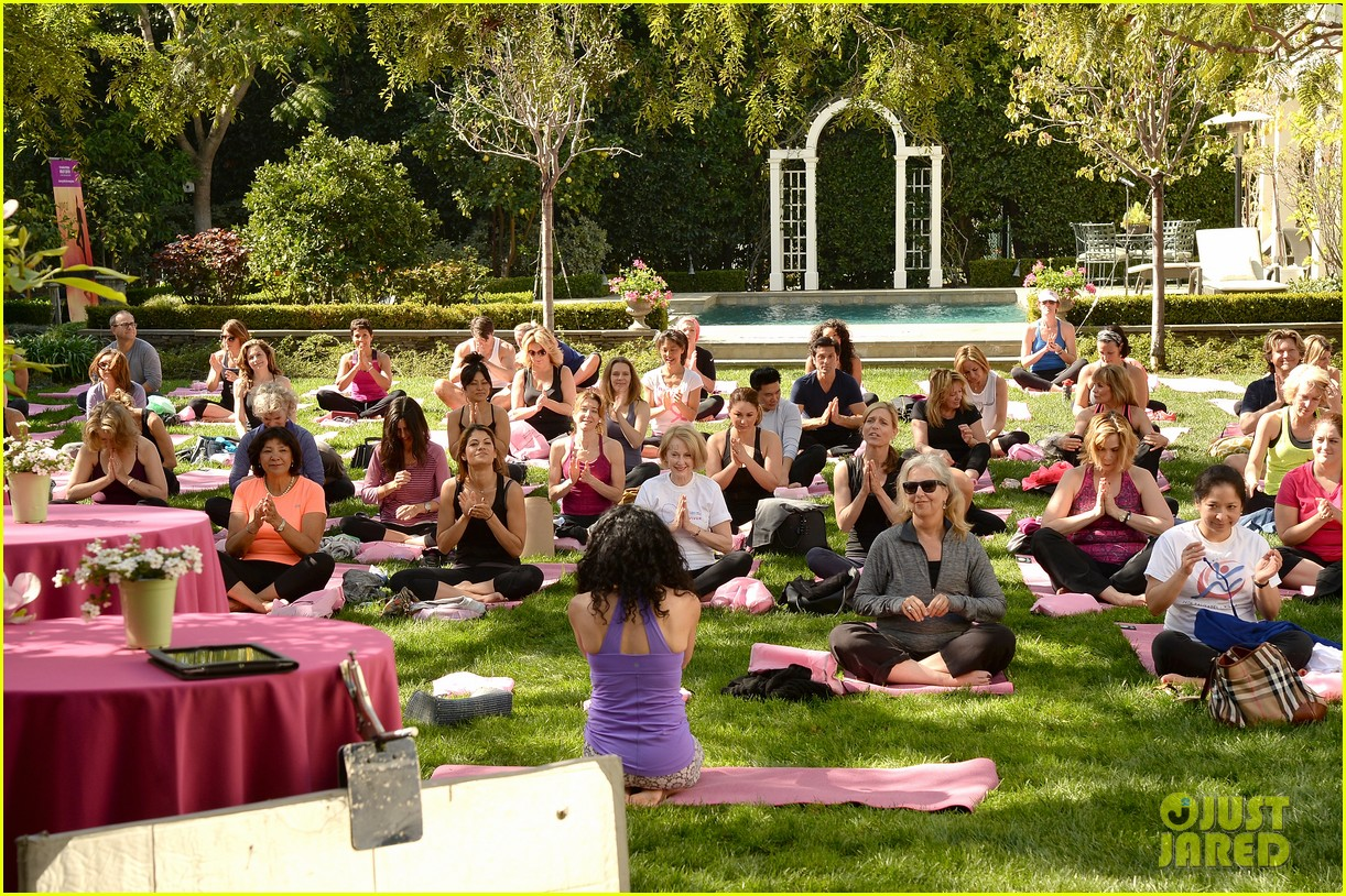 kate beckinsale gives back with yoga fundraiser pink joins in to help fight breast cancer 03