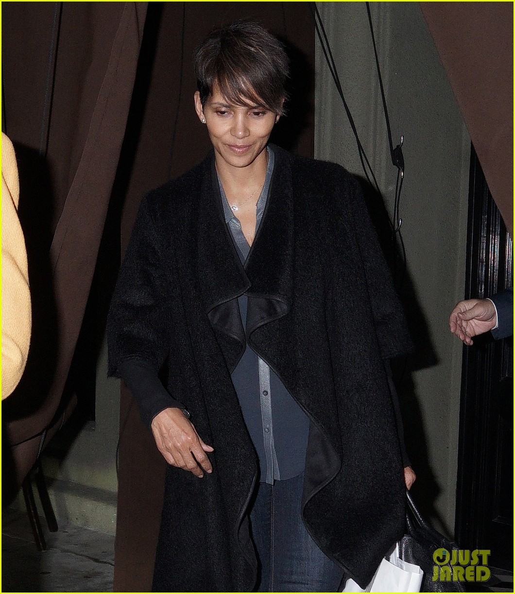 halle berry craigs take out on super bowl night 033046740