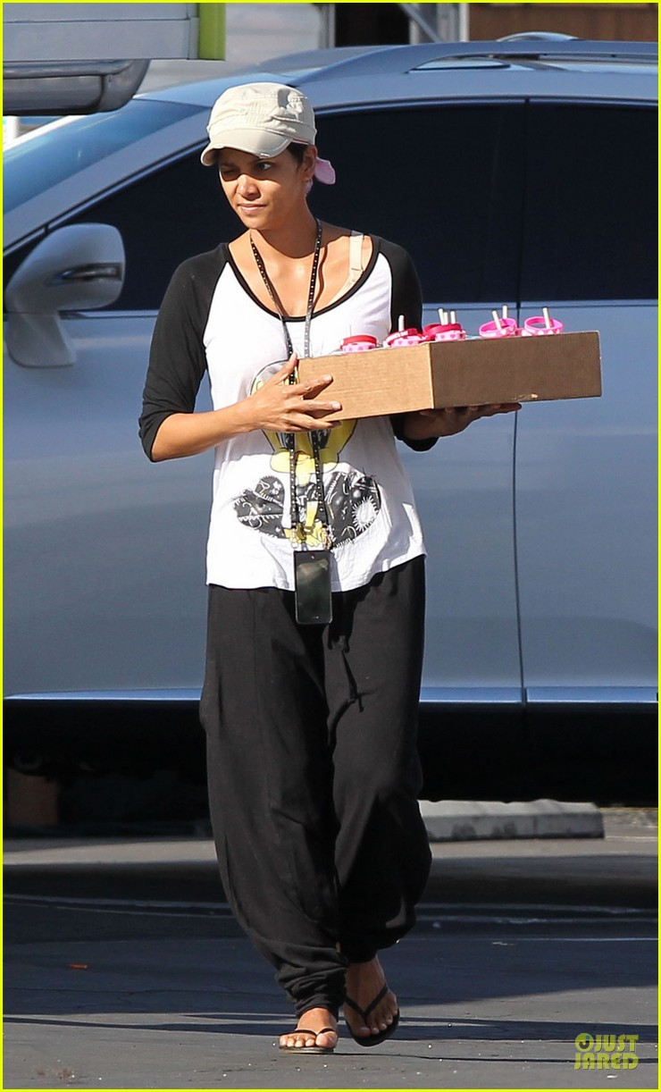 halle berry brings valentines goodies to extant set 01