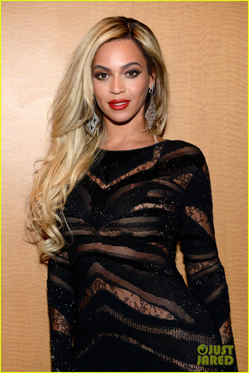 beyonce surprises crowd at jay zs pre super bowl concert 02