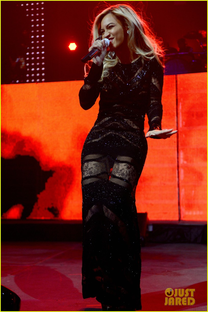 beyonce surprises crowd at jay zs pre super bowl concert 12