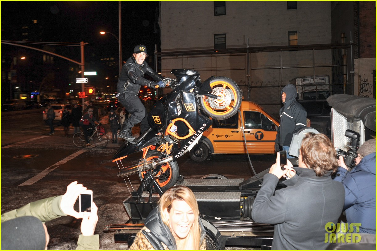 orlando bloom pops a wheelie meets justin theroux at deth killers event 103051999