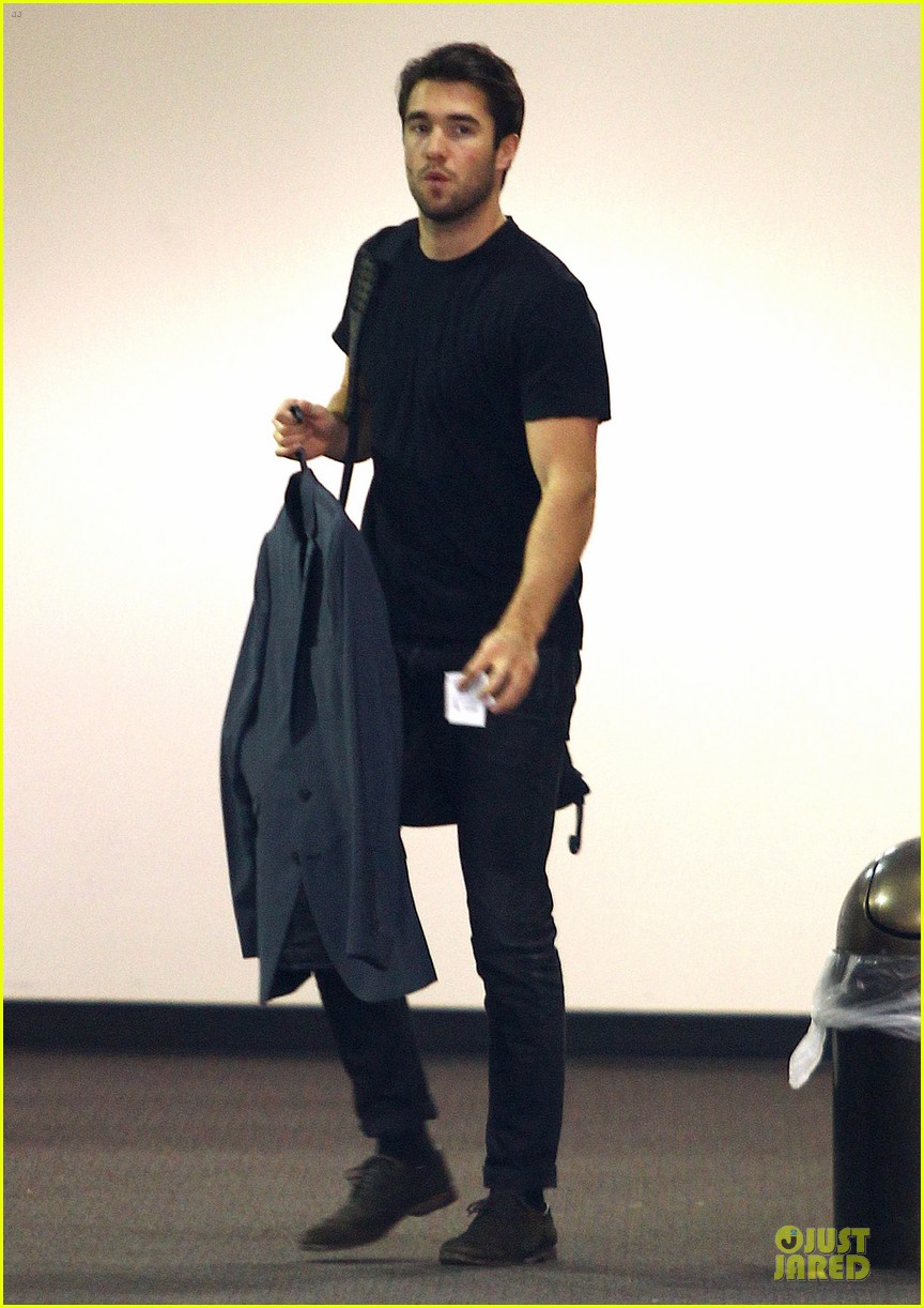 josh bowman flashes biceps at office building 01