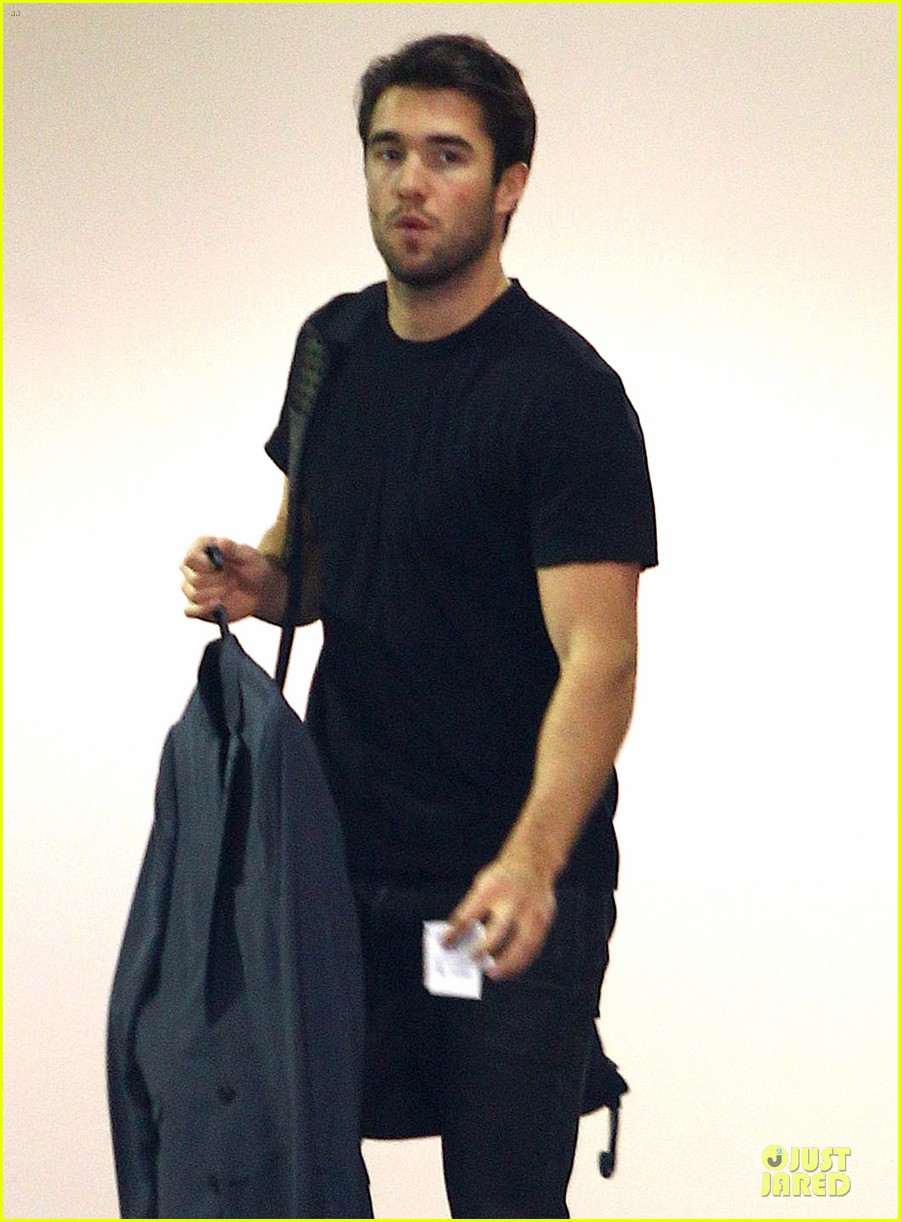 josh bowman flashes biceps at office building 043060555