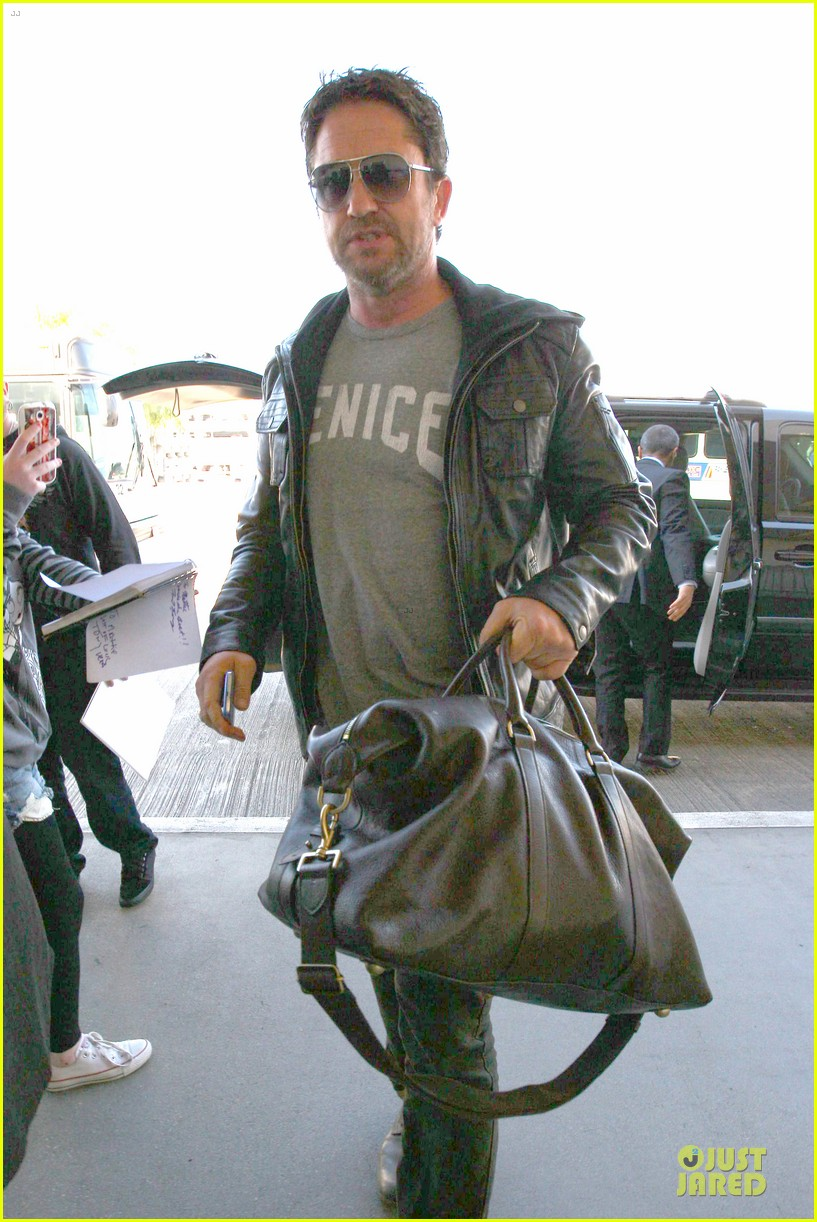 gerard butler light packer at lax airport 023050908
