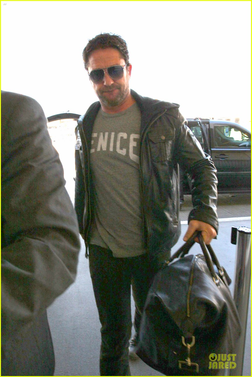 gerard butler light packer at lax airport 043050910